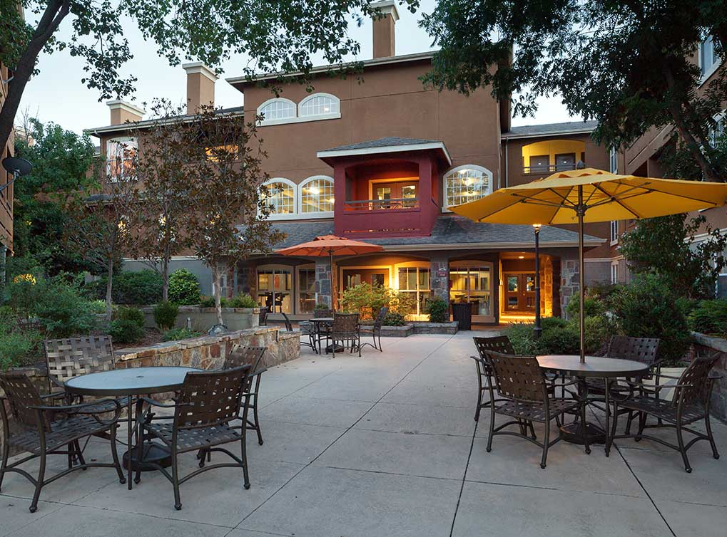 knoxhenderson-amenity-exterior-courtyard